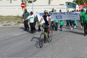 Minister Silveria Jacobs fiets voor de Rechten van het Kind