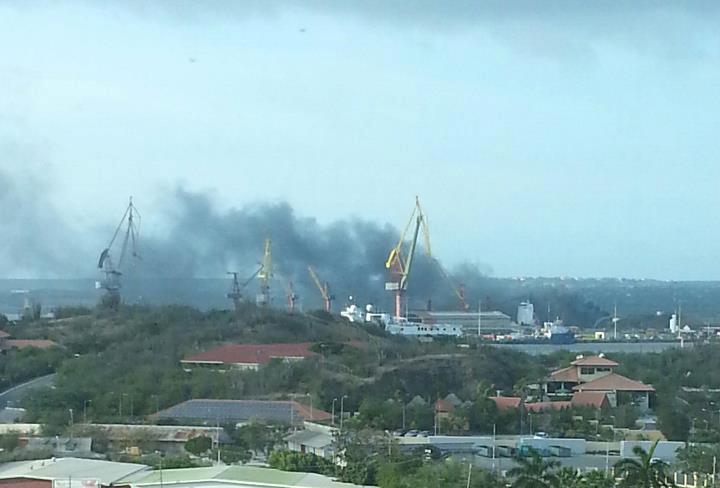 rook na explosie asfaltmeer