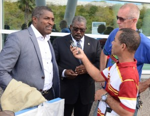 Illidge (l) in gesprek met journalisten bij aankomst op St. Maarten - Foto |  Today / Leo Brown