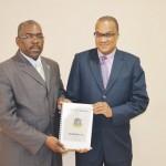 De voorzitter van het parlement Rudolph Samuel en minister Roland Tuitt van Financiën met de Begroting 2013