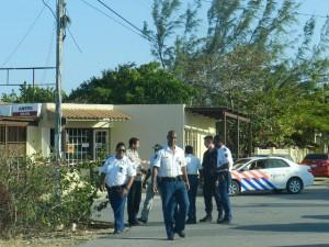 Politieteam onderzoekt een atrako op Bonaire - foto: Extra Boneiru