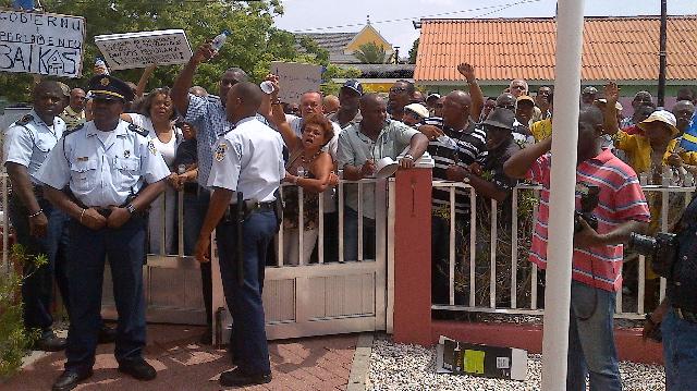 Demonstranten bij het Statengebouw - foto: Elisa Koek