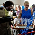 Minister Sherwin Josepha en initiatiefneemster Sandra Hay opende het nieuwe bejaardenhuis met champagne en ballonnen
