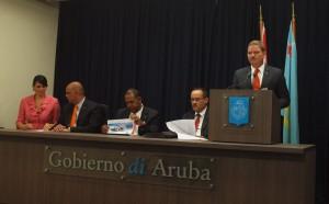 Premier Eman en leden van zijn kabinet, gisteren tijdens de persconferentie over het voorlopige rapport van het IMF.