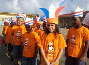 Leerlingen van basisschool Hilario Angela, klaar voor het Koningsontbijt en de Koningsspelen.