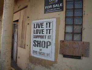 Deze poster van de campagne van SNAP in 2009 hangt vier jaar later nog aan de muur van een vervallen gebouw in de stad.