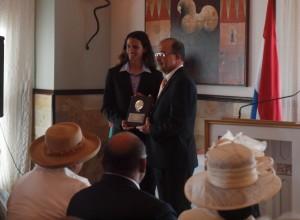Windsurfer Stephen Lageveen neemt de Copa Felipe B. Tromp in ontvangst van Gouverneur Refunjol.