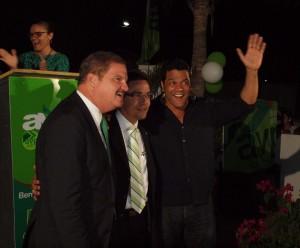 V.l.n.r.: Premier Mike Eman, de kandidaat Alex Schwengle en minister Richard Visser die er duidelijk nog om kan lachen.