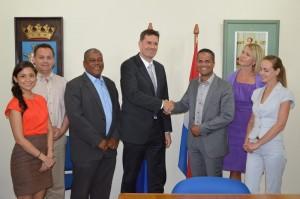 Gedeputeerde Burney el Hage en Stefan Dijkers van ContourGlobal na ondertekening overname Ecopower Foto: Extra Bonaire