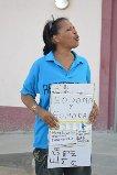 Betty engelhardt protesteert tegen het eerste homohuwelijk dat werd gesloten op Bonaire - foto : Extra Boneiru