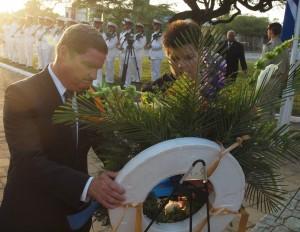 Premier Mike Eman en Ministerraadsecretaris Nicole Hoevertsz leggen een krans neer bij het Oorlogsmonument in Oranjestad