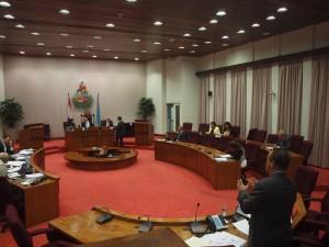 Minister De Meza staat het Arubaanse parlement te woord. Foto: Ariën Rasmijn