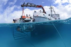 Onderzoekschip Chapman laat onderzeeër Curasub te water. Foto: Substation Curaçao