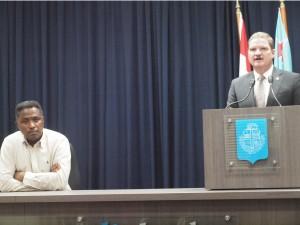 Premier Mike Eman condoleert de nabestaanden van Helmin Wiels. Naast hem minister Arthur Dowers van Justitie en Onderwijs.