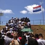 De rij bij de ingang van het SDK-stadion begon al ver buiten. Foto: Natasja Gibbs