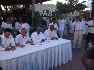 Glenn Camelia bij het ondertekenen van de regeringsverklaring dec. 2012 - foto: Jean Mentens