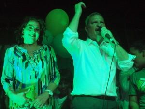 Partijleider en premier Mike Eman spreekt de aanhang toe. Naast hem Mervin Wyatt-Ras. Foto: Ariën Rasmijn