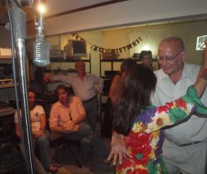 Eigenaar en directeur Emile Kelkboom (rechts) doet nog een laatste dansje in de studio van Radio Kelkboom. Links een nog werkende (!) microfoon dat minstens zou oud is als de 59-jarige zender. Foto: Ariën Rasmijn