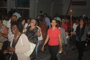 """Premier Wescot-Williams nam deel aan """"Walk"""", een moderne processie waarbij wordt gebeden voor een veilig orkaanseizoen."""