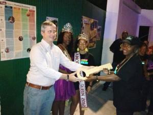 Gezaghebber Jonathan Johnson overhandigt de sleutel van Saba aan de carnavalsvereniging. Foto / Voltaire Simmons