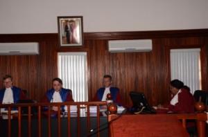 V.l.n.r.Justices Jan de Boer, Bob Wit en Ben Vermeulen, en griffier Maritsa James-Christina, Foto Today / Leo Brown