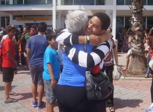 Emotionele taferelen op de Arubaanse luchthaven vandaag tijdens het inchecken van de bursalen. Foto: Mirte de Rozario