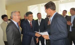 Minister-President Mark Rutte overhandigt de accreditatie aan vertegenwoordigers van de Medische School op Saba. Foto / RCN