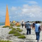 deelnemers Afrikaanse Erfenisroute op weg naar de oranje Obelisk. Foto: Belkis Osepa
