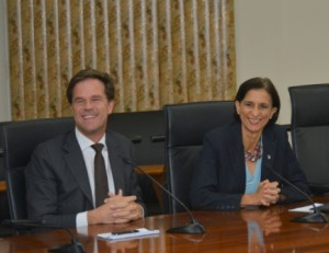 Minister Presidenten Mark Rutte en Sarah Wescot-Williams tijdens de persconferentie in Philipsburg op donderdag. Foto Today / Milton Pieters