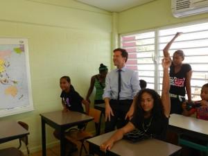 Rutte in een klaslokaal met Jong Bonaire - foto: Belkis Osepa
