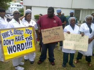 personeel van het Medical Centre protesteert tegen de komst van de nieuwe directeur - foto: Andrew Dick