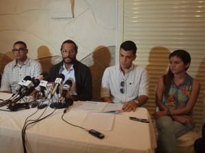Dokter Christian Mejia aan het woord tijdens een persconferentie van de twaalf jonge artsen afgelopen week. Foto; Ariën Rasmijn