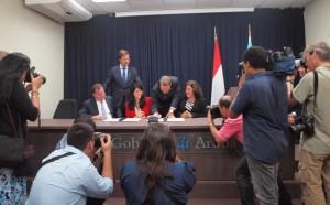 Premier Mark Rutte kijkt toe terwijl de MOU wordt ondertekend. Foto: Ariën Rasmijn