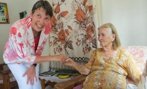 Staatssecretaris Klijnsma begroet een bewoonster van het bejaardenhuis op Saba. Foto: RCN