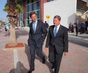 Premiers Mark Rutte en Mike Eman vertrekken samen uit de luchthaven op weg naar het hotel. Foto: Ariën Rasmijn