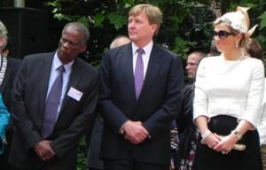 Eddy Campbell van Ninsee met koning Willem-Alexander en koningin Máxima tijens slavernijherdenking vorig jaar - archieffoto: Jamila Baaziz