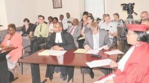 Ombudsman Arduin (links) en landsadvocaat Richard Gibson Jr. (m) volgen de uitspraak. Geheel rechts is Maritsa James-Christina, de griffier van het Constitutionele Hof. Foto Today / Leo Brown