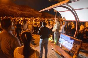 Pastoor Curtis Meris spreekt de deelnemers van de Stille Tocht toe