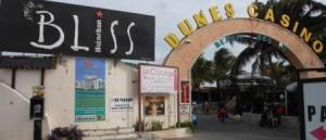 De toegang tot het  Caravanserai Resort is in verval geraakt - foto Today / Hilbert Haar