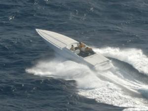 Beeld van de speedboat die door de DASH-8 van de Kustwacht werd opgemerkt. Foto: Kustwacht Caribisch Gebied