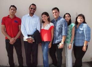 Een aantal van de artsen die erkenning van hun diploma wil. Tweede van links is woordvoerder Christian Mejia. (Foto Ariën Rasmijn)