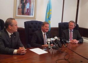 Namens de Arubaanse regering ondertekenden premier Mike Eman en minister van Energie Mike de Meza het samenwerkingsakkoord. Rechts zit jan Dirk Bokhoven. Foto: Ariën Rasmijn