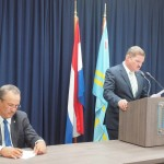 Premier Mike Eman en minister Mike de Meza tijdens hun persconferentie over het Fitch-rapport. Overigens legden beiden de nadruk op het feit dat de BBB-rating behouden is - foto: Ariën Rasmijn