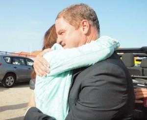 Mike Eman en Marisol Lopez-Tromp vliegen elkaar in de armen. Enkele jaren terug was dit nog ondenkbaar geweest. Maar in de Arubaanse politiek is alles mogelijk. Foto: Ariën Rasmijn