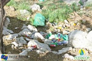 Milieuorganisaties op het eiland pleiten naast een strengere wetgeving en opvoeding ook voor meer vuilnisbakken en een beperking op wegwerpmateriaal.