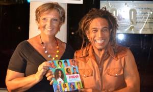 Caroline Castendijk overhandigt het eerste exemplaar aan Junior Tecla