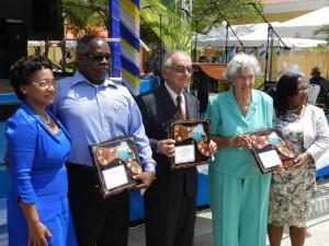 Tijdens de Dia di Boneiru benoemde het Openbaar Lichaam drie ereburgers voor hun mooie bijdrage aan Bonaire. De ereburgers zijn: Gabriel Mercera, Raymundo Saleh en Edith Schneider-Craane -foto: Belkis Osepa