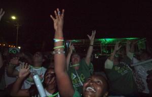 AVP-aanhangers krijgen  tshirts en lichtgevend materiaal toegeworpen, gisteravond voor aanvang van de carnavalsoptocht van AVP. Foto: Ariën Rasmijn