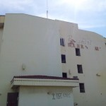 Het pand van het oude Bushiri Hotel - foto: Ariën Rasmijn