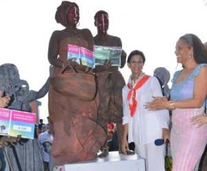 The Ancestors wonnen het festival vorig jaar. Hier zijn ze samen met minister-president Wescot-Williams en Loekie Morales (r) - foto: Today / Milton Pieters